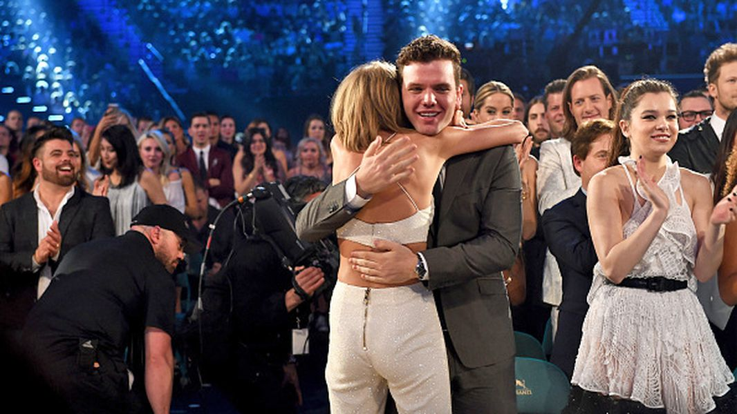 Taylor Swift S Brother Austin To Appear In Pierce Brosnan